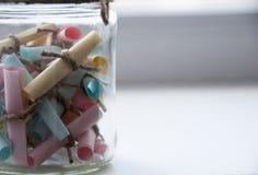 Glaskruik met gekleurde nota's met onduidelijk beeld en het stemmen Stock Foto