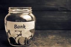 Glaskruik met muntstukken en de inschrijving 'Bank ' Stortingen, besparingen en leningen Extra kapitalisatie van banken Gefinanci royalty-vrije stock foto's