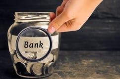 Glaskruik met muntstukken en de inschrijving 'Bank ' Stortingen, besparingen en leningen Extra kapitalisatie van banken Gefinanci royalty-vrije stock afbeeldingen