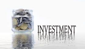 Glaskruik met muntstukken op witte achtergrond Een kruik van de handholding geld Stock Foto's