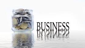 Glaskruik met muntstukken op witte achtergrond Een kruik van de handholding geld Royalty-vrije Stock Foto's