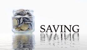 Glaskruik met muntstukken op witte achtergrond Een kruik van de handholding geld Stock Foto