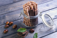 Glaskruik met wafeltjebroodjes stock fotografie