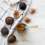 Glaskruik van fig.jam en verse fig. op witte houten lijst, hoogste mening Vlak leg hierboven, overheadkosten, van stock afbeeldingen