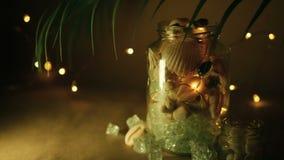 Glaskruik van tropische shells voor huisdecor De mariene toebehoren van het stijlhuis voor strand als thema hadden het binnenland stock videobeelden