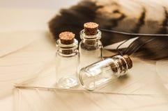 Glaskruiken met cork wijnoogst stock afbeelding