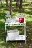 Glaskruiken verse limonade op de bar van het huwelijkssuikergoed De zomerpartij Stock Afbeeldingen