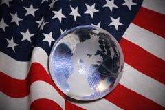Glaskugel über Markierungsfahne Lizenzfreies Stockbild