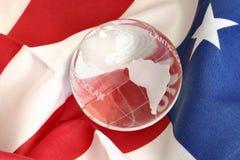 Glaskugel auf amerikanischer Flagge stockfotos