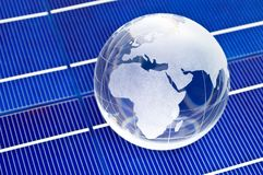 Glaskugel auf Solarzellen lizenzfreie stockbilder