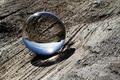 Glaskugel auf Treibholz Stockfotos