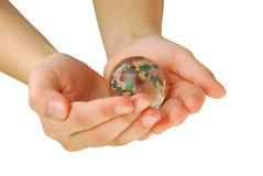Glaskugel in der Hand, lokalisiert Stockbild