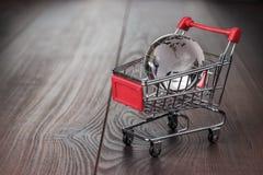 Glaskugel im Einkaufslaufkatzenkonzept Lizenzfreies Stockbild
