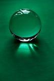Glaskugel oder Wassertropfen auf einem Hintergrund des grünen Samtpapiers Säubern Sie und glänzen Sie Stockfoto