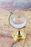 Glaskugel und alte Karte Stockfotografie
