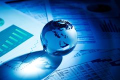 Glaskugelball in den hellen Strahlen auf Hintergrund von Lizenzfreies Stockfoto