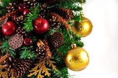 Glaskugeln, die am Weihnachtsbaum hängen lizenzfreies stockfoto
