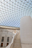 Glaskuppel und Treppe an einem Museum stockbilder