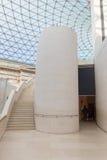 Glaskuppel und Treppe am Museum lizenzfreie stockbilder