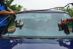 Glasmästare som använder hjälpmedel som reparerar för att fixa den brutna vindrutan för spricka, wi arkivfoton