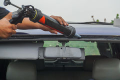 Glasmästare som använder hjälpmedel som reparerar för att fixa den brutna vindrutan för spricka arkivbilder