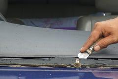 Glasmästare som reparerar den brutna vindrutan för fast spricka, vindruta arkivbilder