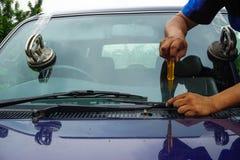 Glasmästare som reparerar den brutna vindrutan för fast spricka, vindruta fotografering för bildbyråer