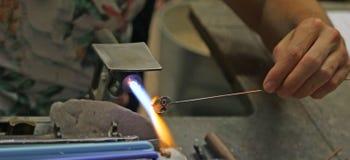 Glasmacher beim Schmelzen und Formung des Glases mit einem sehr hohen Stockfotografie