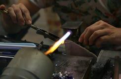 Glasmacher beim Schmelzen und Formung des Glases mit einem sehr hohen Stockfotos