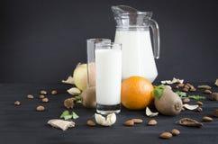 Glasmilch mit nuts orange Apfelminze Stockfotografie