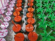 Glasmokken met gekleurde kappen stock fotografie