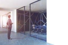 Glasmuster der schwarzen Konferenzzimmer-Lobby, Mann Stockfotografie