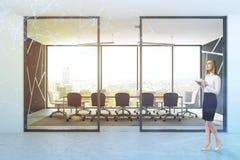 Glasmusterfrau der panoramischen Konferenzzimmer-Lobby Lizenzfreies Stockfoto
