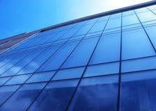 Glasmuur van een bureaugebouw Stock Fotografie