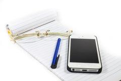 Glasnotizbuch-Stifttelefon stockfoto