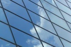 Glasoberfläche eines Gebäudes mit Reflexion einer Wolke Stockfoto
