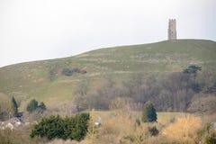 Glasonburypiek met de ruïnes van St Michael ` s Kerk stock foto