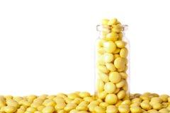 Glasphiole mit runden gelben Tabletten stockfotos