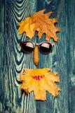 Glaspinecone und -blätter auf Holz Lizenzfreie Stockfotos