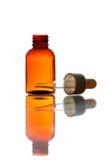 Glaspipette mit einer Flasche Stockfotografie
