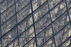 Glaspiramide bij het Louvre Parijs Stock Foto's
