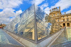 Glaspiramide en Louvre Royal Palace. Parijs, Frankrijk. Stock Fotografie