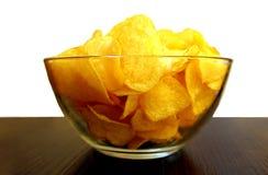 Glasplatte mit knusperigen köstlichen Kartoffelchips lizenzfreie stockfotografie