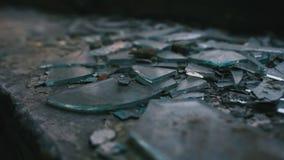 Glasplatten in einem verlassenen Gebäude Stockbild