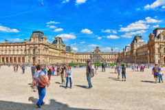 Glaspyramide und das Louvremuseum Stockbild