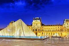 . Glaspyramide und das Louvremuseum im September Lizenzfreies Stockfoto