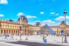 Glaspyramide und das Louvremuseum mit Leutetouristen E Lizenzfreies Stockbild