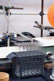 Glasreageerbuizen in onderzoeklaboratorium stock foto's