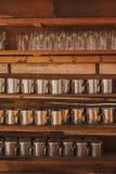 Glasregale gemacht vom Holz Stockfotos
