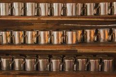 Glasregale gemacht vom Holz Stockfoto